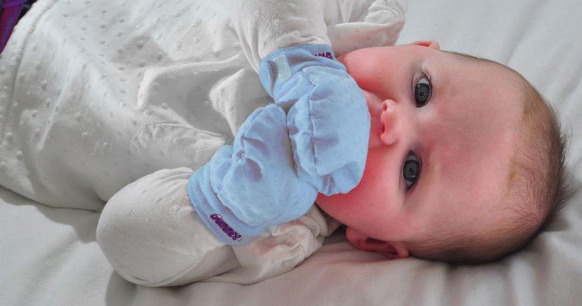 babyglove.png?resize=412,232 - Pediatra orienta a NÃO usar luvinhas no bebê! Entenda o motivo