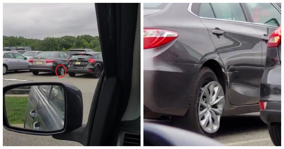 car 1.jpg?resize=1200,630 - Une femme cogne à plusieurs reprises dans la voiture à côté d'elle pendant plusieurs minutes avant de finalement réussir à faire marche arrière