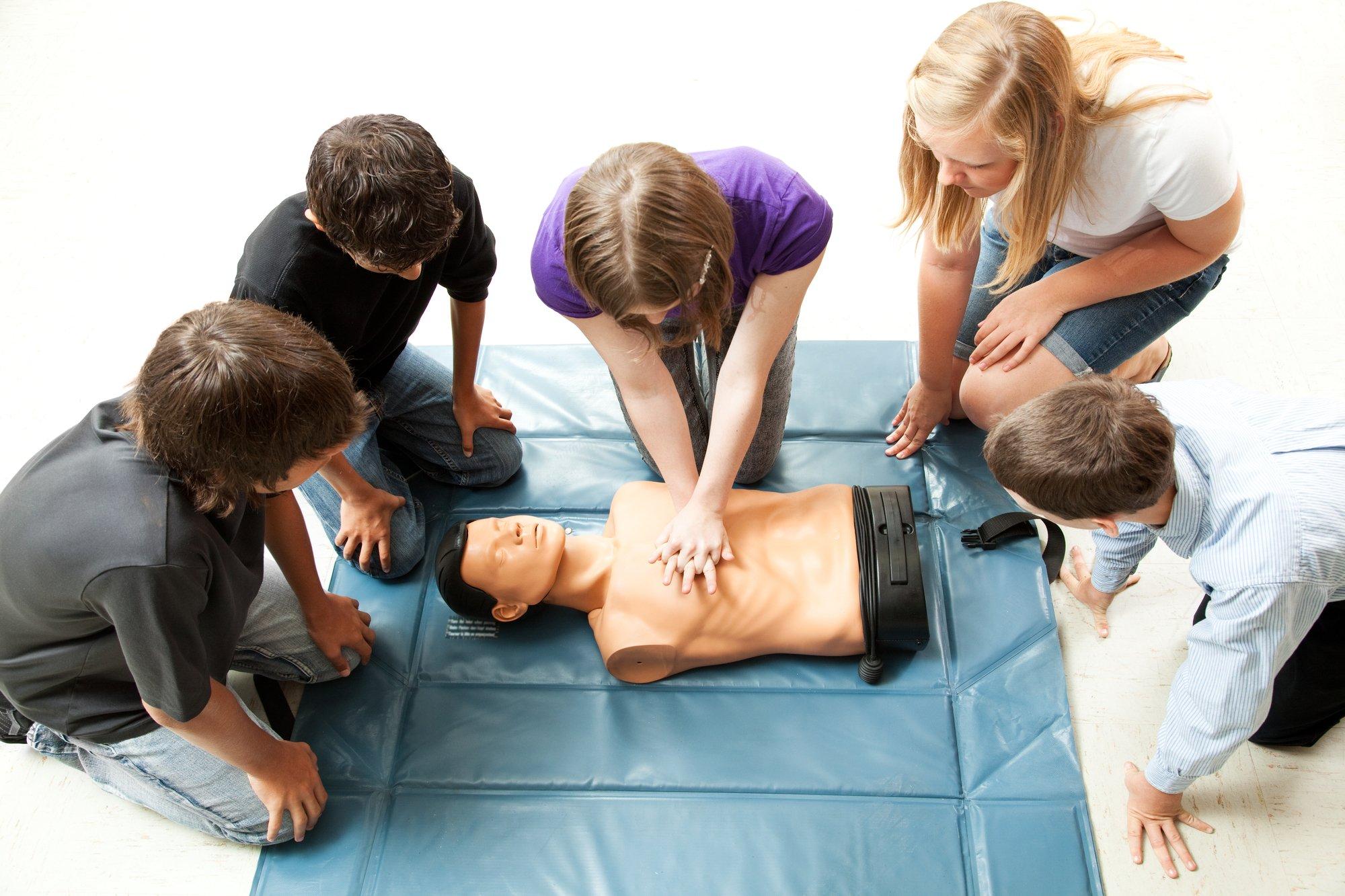depositphotos 7314829 l 2015.jpg?resize=366,290 - Tous les élèves de troisième vont être formés aux gestes de premiers secours d'ici 2022.
