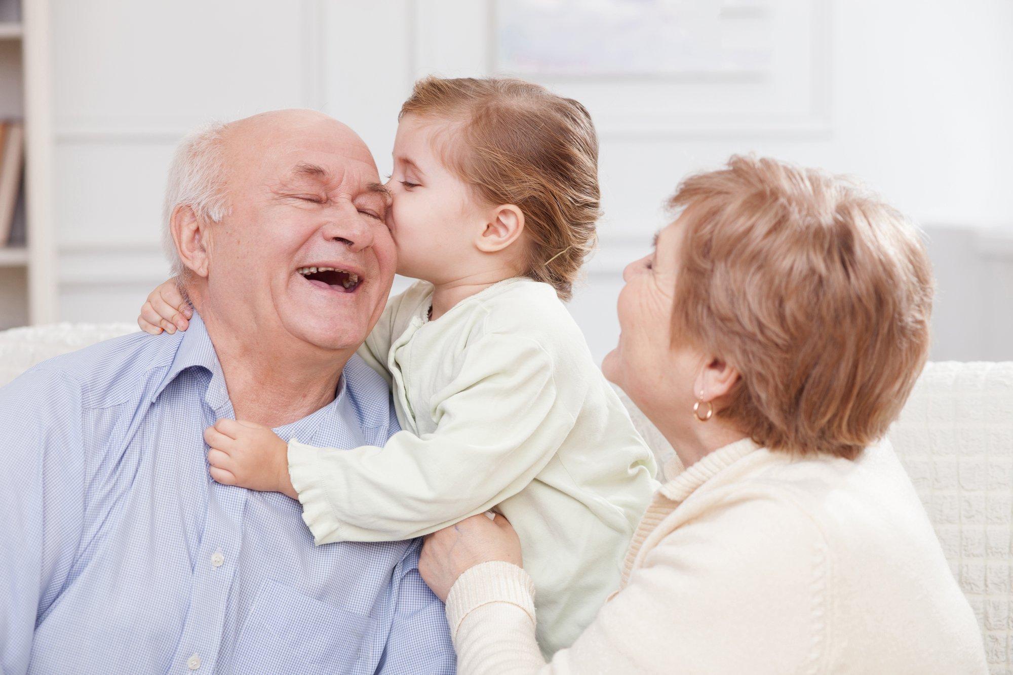 depositphotos 92929028 l 2015.jpg?resize=1200,630 - Grands-parents, garder vos petits-enfants est bon pour votre santé!