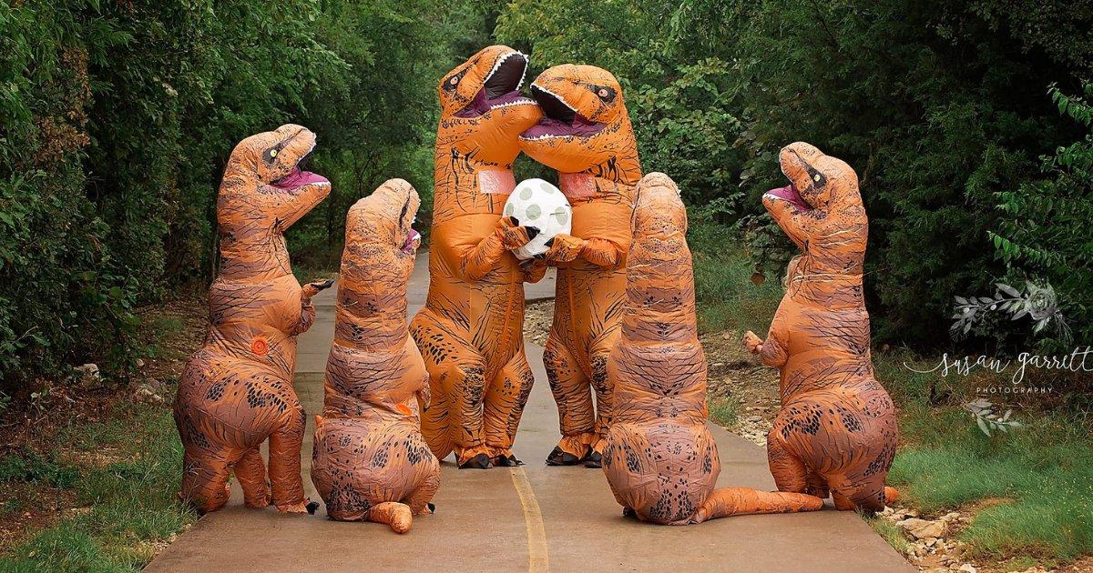 dino.png?resize=412,232 - Mulher veste família com fantasias de dinossauro para anunciar gravidez