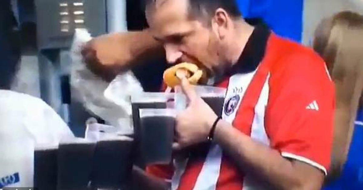 divya6 3.png?resize=412,232 - Un supporter allemand porte huit bières à la main tout en mangeant un hot-dog dans un stade