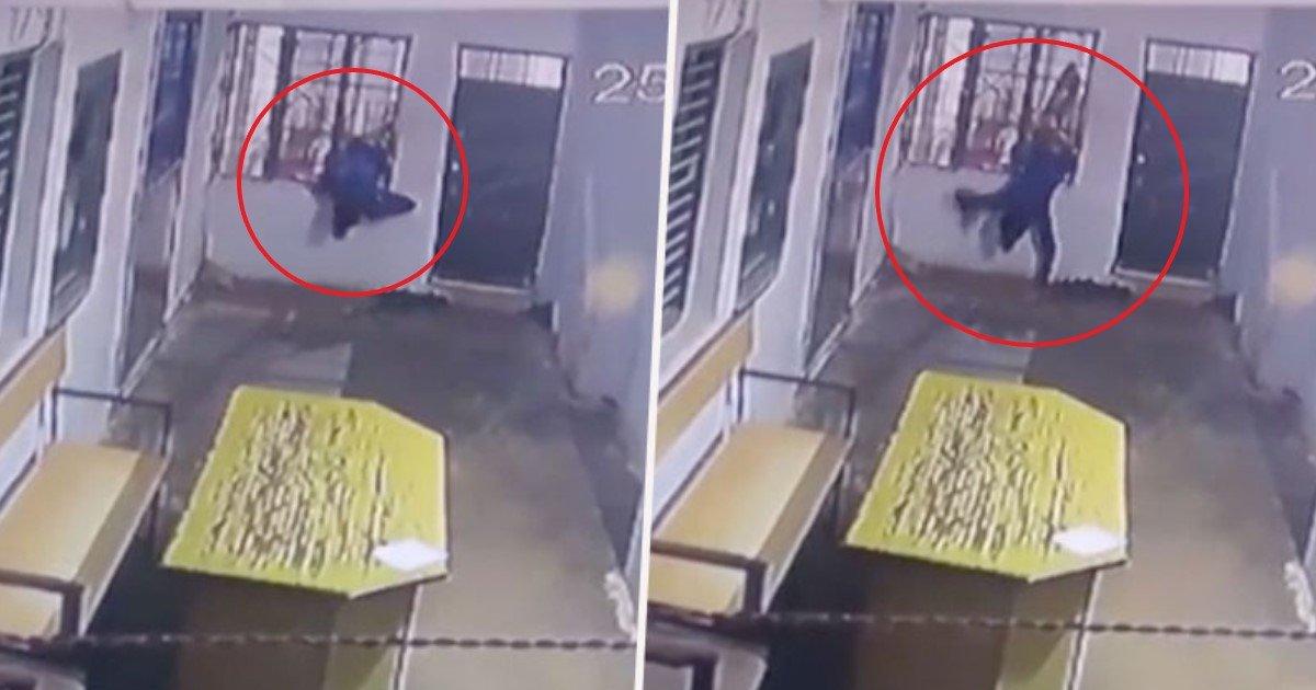 featured image 16.jpg?resize=412,232 - Un voleur maigre s'échappe d'une cellule de prison indienne à travers les grilles de la fenêtre