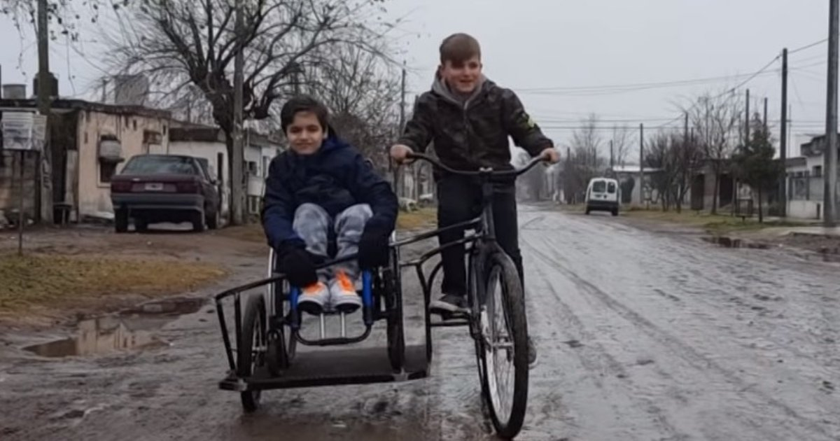 lisandrosimon.png?resize=300,169 - Menino desenvolve bicicleta para brincar com primo cadeirante