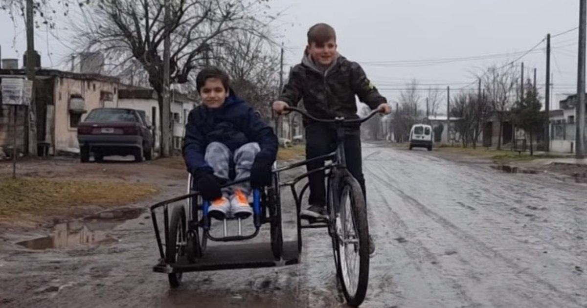 lisandrosimon.png?resize=636,358 - Menino desenvolve bicicleta para brincar com primo cadeirante
