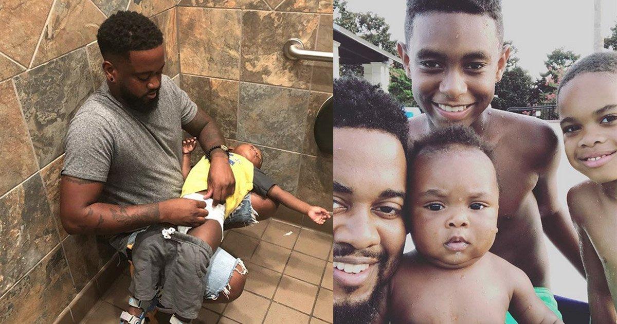 mainphoto papa.jpg?resize=300,169 - L'absence de table à langer dans les toilettes pour hommes oblige ce père à ruser d'inventivité pour changer son fils.