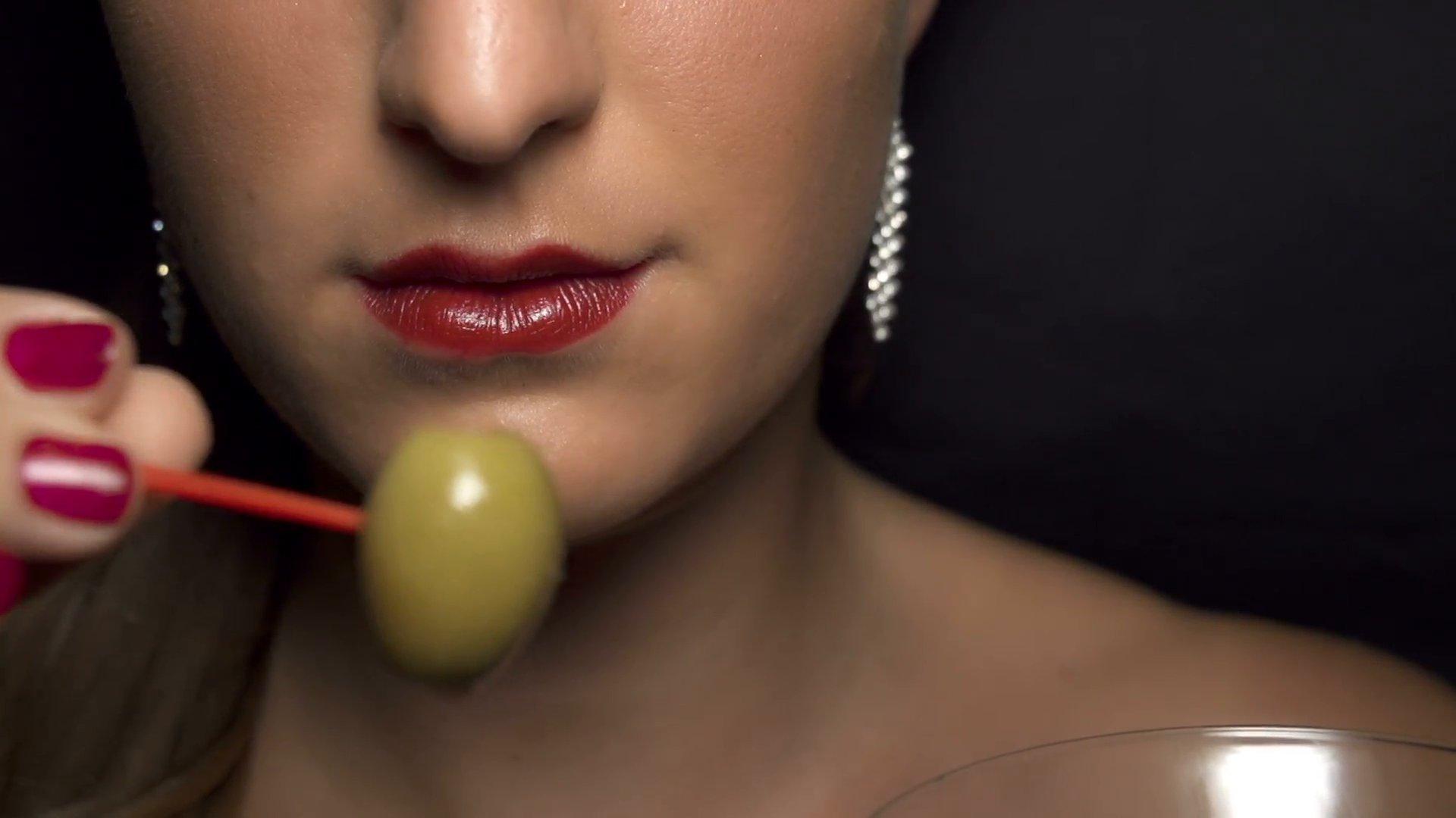 slow motion eating olive from martini glass nk2msewbl  f0002.png?resize=412,232 - Se você gosta de comer azeitonas ou chocolate amargo, é um sinal de que está ficando VELHO
