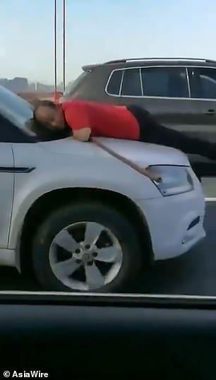Résultat de la recherche de images pour Woman Drives 8 Miles + Street Cleaner Clinging To Bonnet