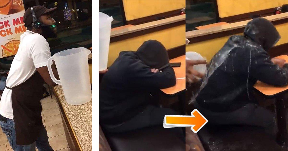 tbnl4.jpg?resize=300,169 - Des images choquantes de deux travailleurs de Dunkin 'Donuts qui se filment tout en intimidant un sans-abri au restaurant