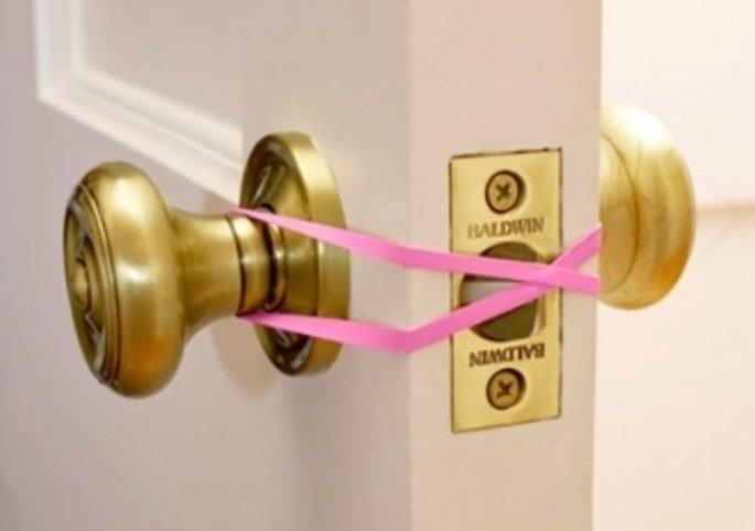 Oft erschrecken sich Kleinkinder so sehr, dass sie es nicht mehr schaffen, die Tür selbstständig wieder aufzuschließen.