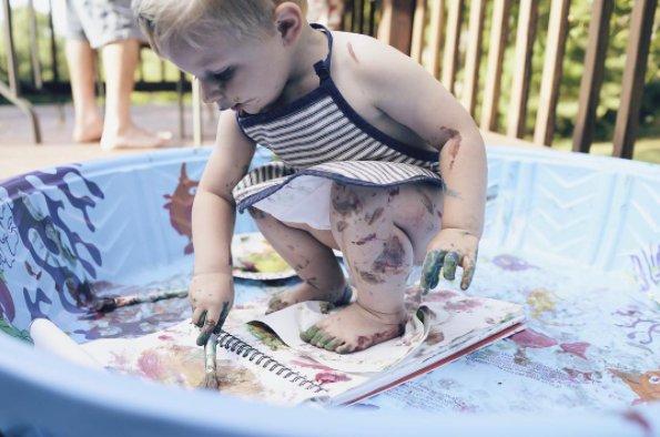 So hast du am Ende viel weniger Stress beim Saubermachen. Pro-Tipp: Wenn es warm genug ist, lass dein Kind dabei so wenig Kleidung wie möglich tragen.