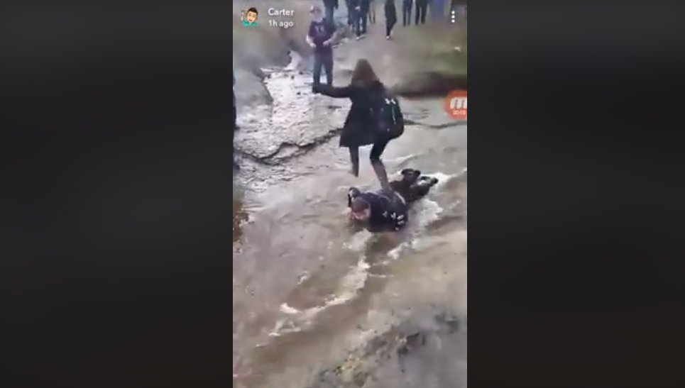 """capture decran 2018 11 15 a 13 46 42.png?resize=412,232 - La vidéo d'un garçon handicapé utilisé comme """"pont humain"""" par ses camarades provoque colère et indignation."""
