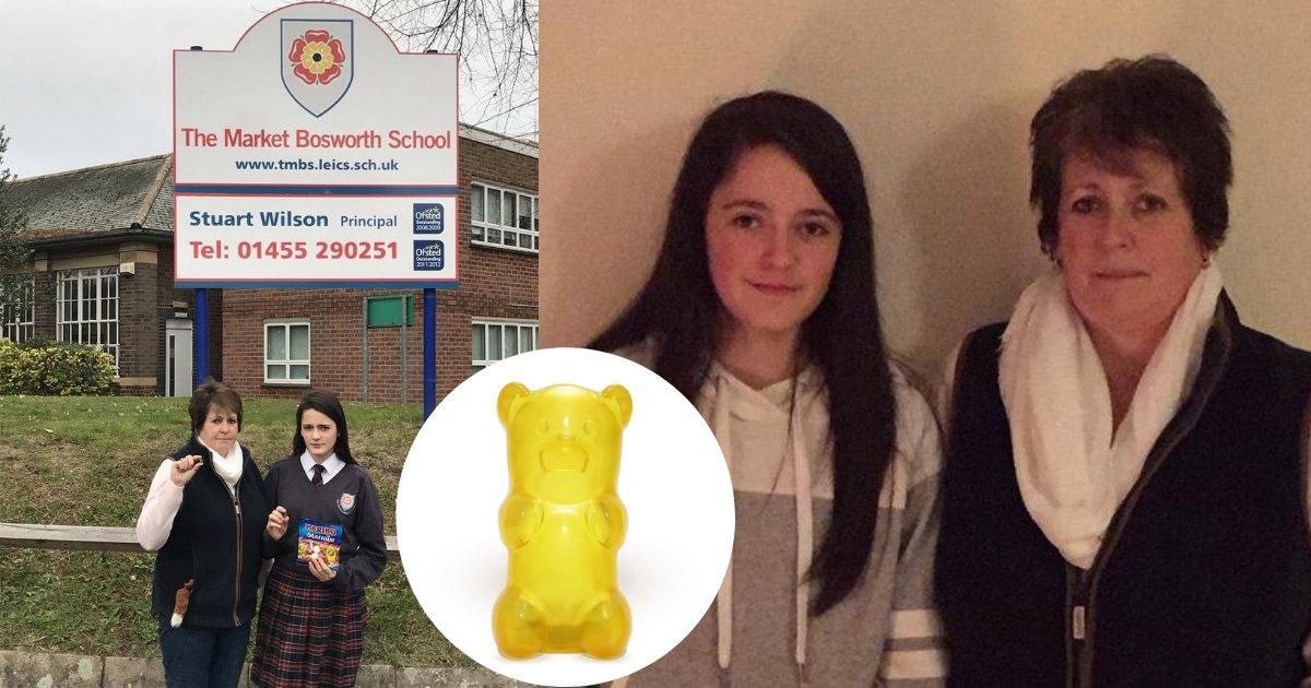 d6 15.png?resize=300,169 - Une fille a été suspendue de l'école pour avoir jeté des bonbons Haribo sur son professeur
