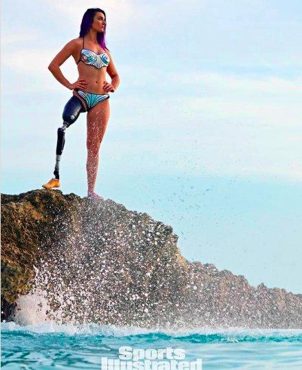 img 5be0a0944067d.png?resize=300,169 - Une snowboardeuse de 22 ans devient la première athlète paralympique à poser en maillot pour Sports Illustrated