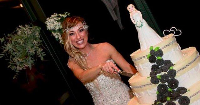 img 5bec4daebf015.png?resize=1200,630 - Une femme de 40 ans en a eu marre d'attendre le mari parfait, alors elle s'est épousée 💍