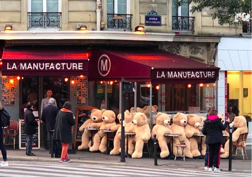 img 5bfec2b011597.png?resize=412,232 - Une armée d'ours en peluche s'est emparée d'un quartier parisien