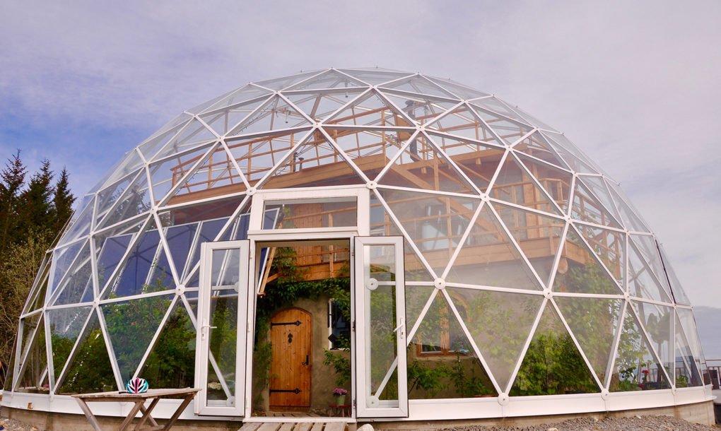 maison dome geodesique hjertefolger 01.jpg?resize=300,169 - Cette famille norvégienne a choisi de vivre sous en dôme en verre