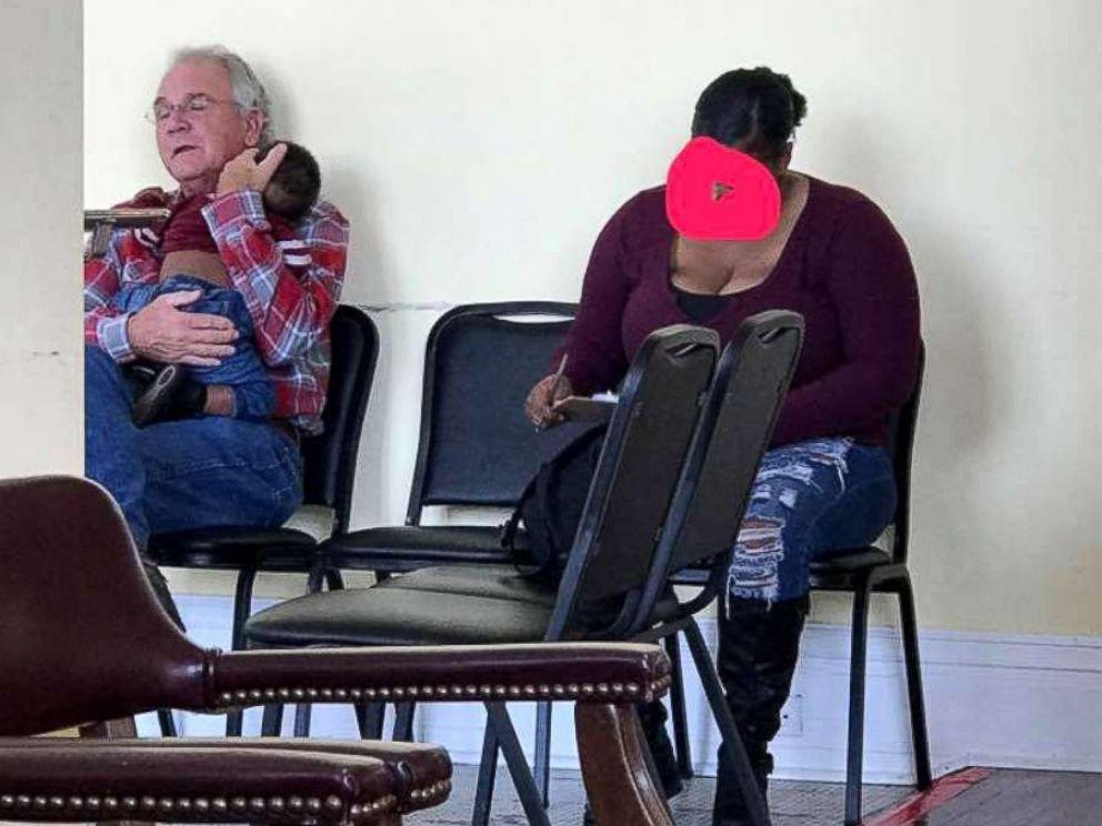 man holds baby for mom ht jef 181026 hpmain 4x3 992.jpg?resize=1200,630 - Cette photo a fait le tour du monde : découvrez son histoire.