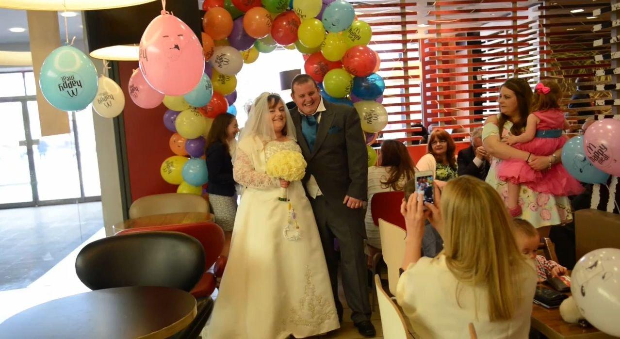 mariage1.jpg?resize=1200,630 - Royaume-Uni : les couples pourraient bientôt se marier à McDonald's ou Burger King