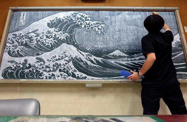 professeur oeuvres art tableau noir 4.png?resize=574,582 - Il dessine des fresques détaillées et des tableaux de maîtres à la craie.