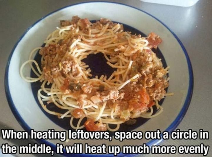 17 Kitchen Hacks - Space out a circle when microwaving leftovers for even heating.