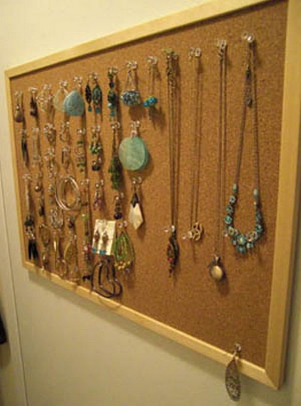 18 Upcycling Ideas - Use a cork bulletin board to pin your jewelry.