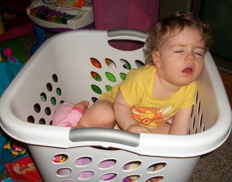 25 Kids Sleeping in the Strangest Places - Doing the laundry is so tiring.