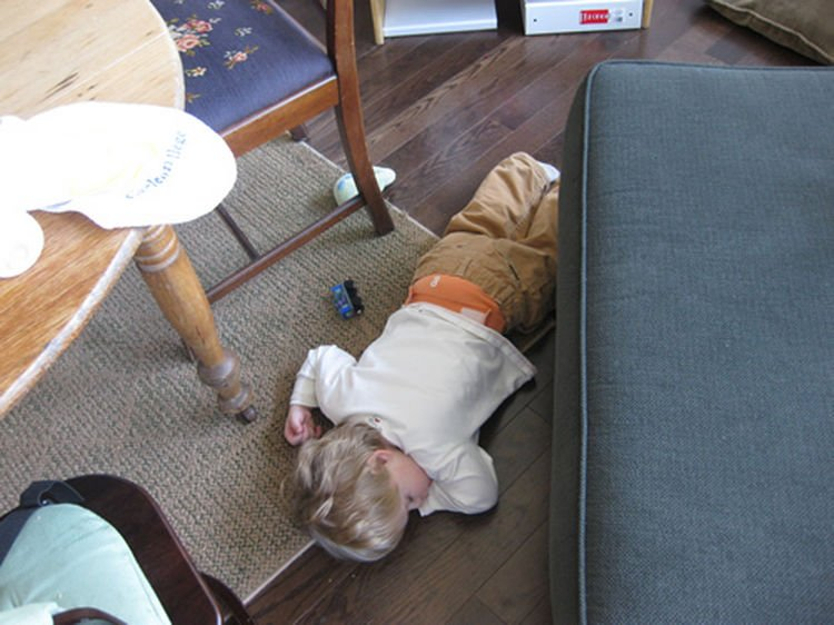 25 Kids Sleeping in the Strangest Places - Crashing on the floor.