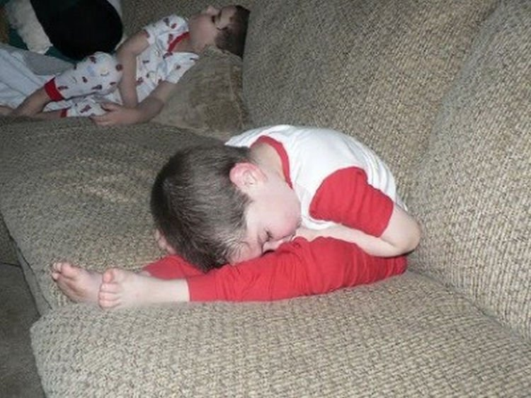 25 Kids Sleeping in the Strangest Places - Fell asleep while stretching?