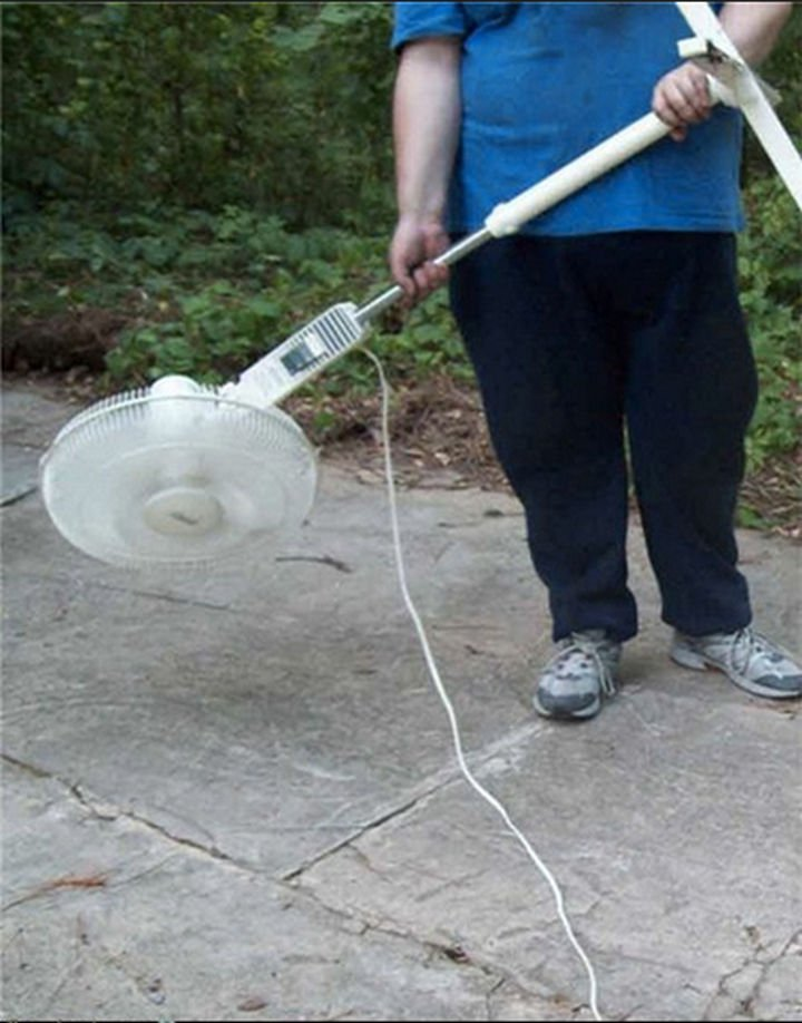 51 Crazy Life Hacks - Impress your neighbors with a homemade leaf blower.