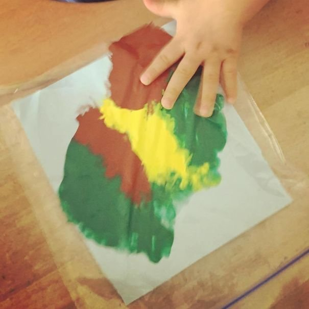 "Put A Paper Sheet In A Ziplock Bag Together With Some Paint And Let Your Child ""Paint"" Mess-Free"