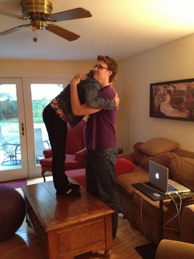 27 Tall People Problems Only Tall People Have - Hugging your mom isn