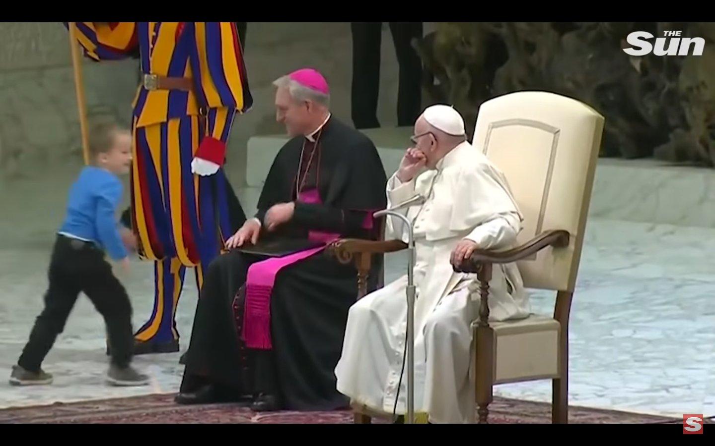 capture decran 2018 11 30 a 14 16 53.png?resize=412,232 - Un petit garçon autiste interrompt le pape François et l'inspire pour son discours