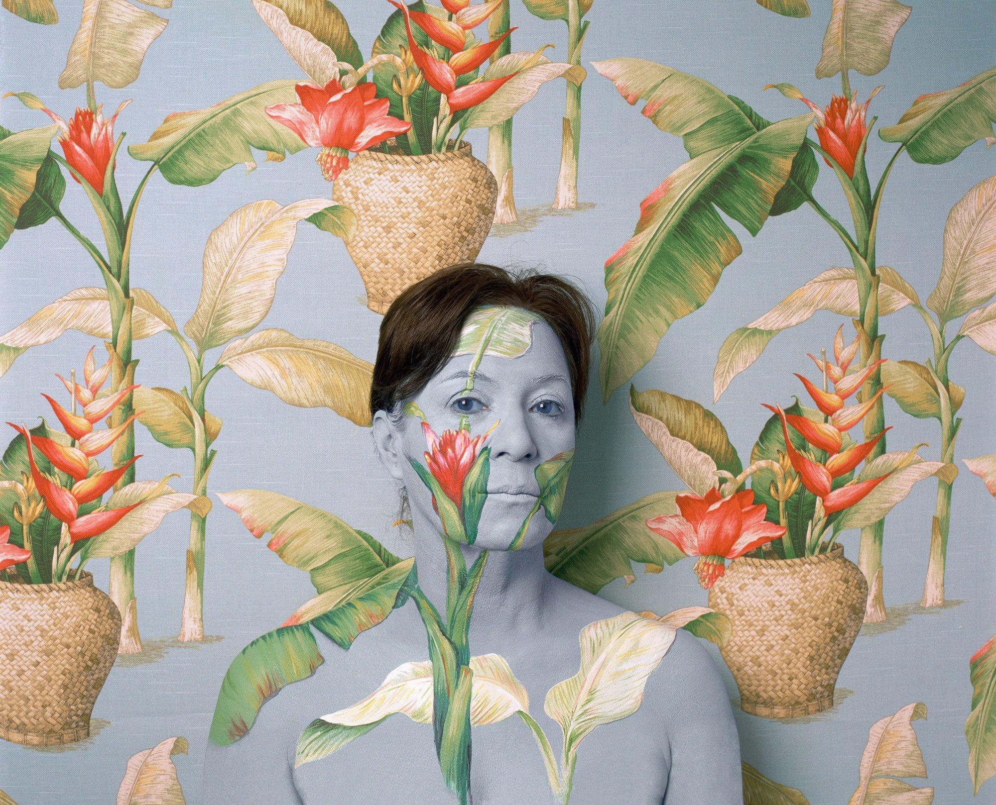 cecilia parades portraits camouflages 9.jpg?resize=412,232 - Grâce au maquillage, cette artiste s'intègre à de superbes tapisseries