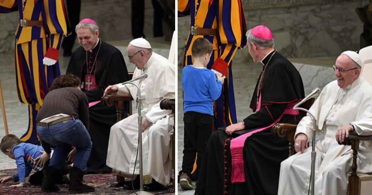 featured image.jpg?resize=412,232 - 'Laissez-le faire': Un petit garçon s'invite sur scène et vole la vedette au pape