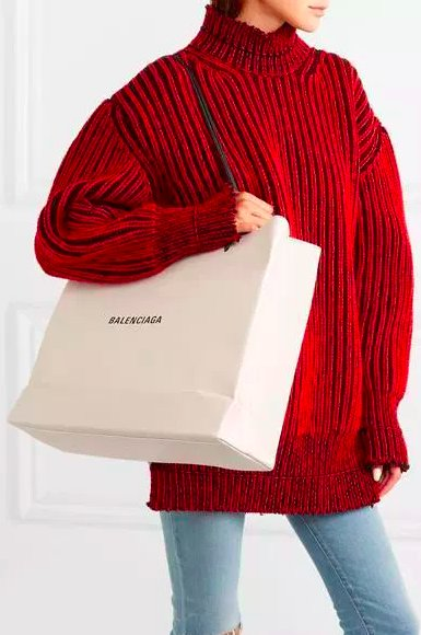 img 5c0558971495e.png?resize=412,232 - Balenciaga vend un sac à 995 euros qui ressemble à un sac en papier... et nous avons tant de questions.