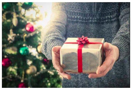 img 5c1c01d0484c4.png?resize=1200,630 - Pourquoi donnons-nous des cadeaux à Noël ? L'histoire de la tradition