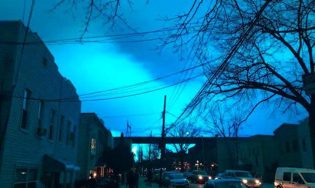 img 5c25e712116cd.png?resize=1200,630 - Le ciel de New York City s'illumine d'un bleu vif après l'explosion d'une centrale électrique