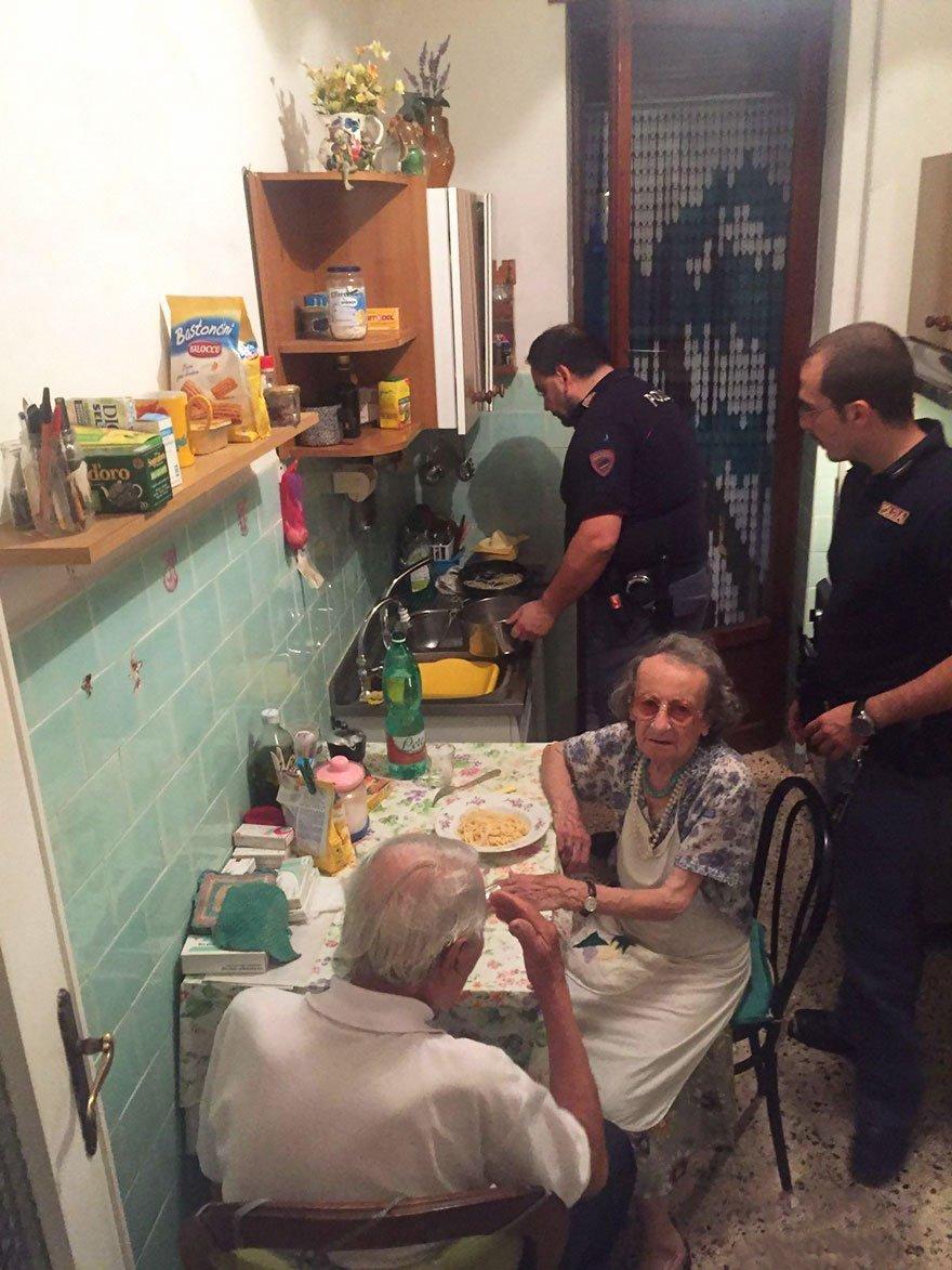 old couple cries police cook pasta rome 2a.jpg?resize=1200,630 - Ces policiers sont entrés chez ce couple âgé en pensant trouver des cambrioleurs. La réalité les a bouleversé.