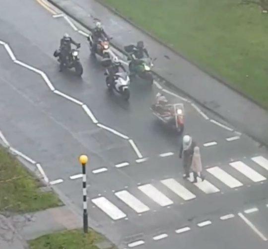 sei 42829923 d8ce e1543945392101.jpg?resize=412,232 - Un motard aide une dame âgée à traverser la rue après que les voitures refusent de s'arrêter