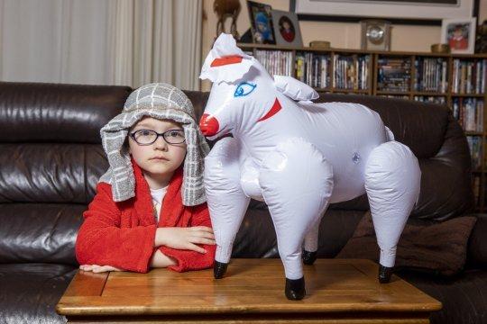 sei 43299491 6c48.jpg?resize=412,232 - Une maman envoie son fils à l'école avec un mouton gonflable pour jouer la scène de la Nativité.