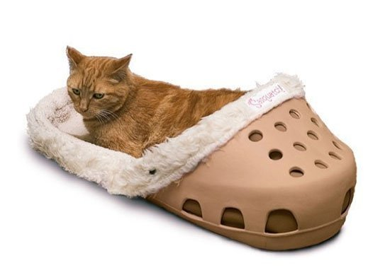 shoe bed1.jpg?resize=412,232 - Ces lits pour animaux de compagnies sont en formes de Crocs géantes.