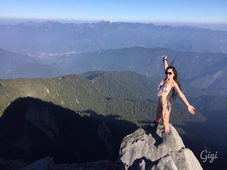5c453600b6678.jpg?resize=412,232 - Connue pour gravir des montagnes en bikini, elle meurt de froid après une importante chute