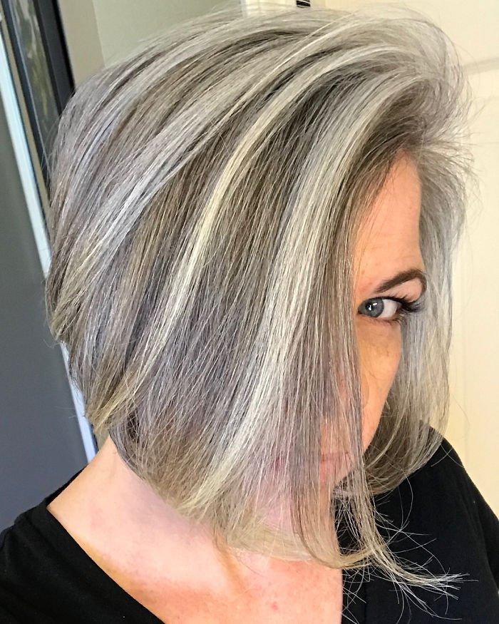 bms6bjehhlt png  700.jpg?resize=412,232 - Ces 8 femmes ont accepté leurs cheveux gris, et elles expliquent pourquoi.