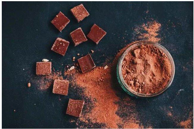 img 5c365f3baaf42.png?resize=412,232 - Selon une étude, une dose quotidienne de chocolat pourrait faire baisser votre tension artérielle.