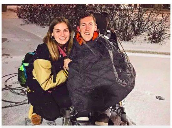 img 5c37457c926fd.png?resize=412,232 - Un homme handicapé et sa petite amie souhaitent briser la stigmatisation liée au handicap.