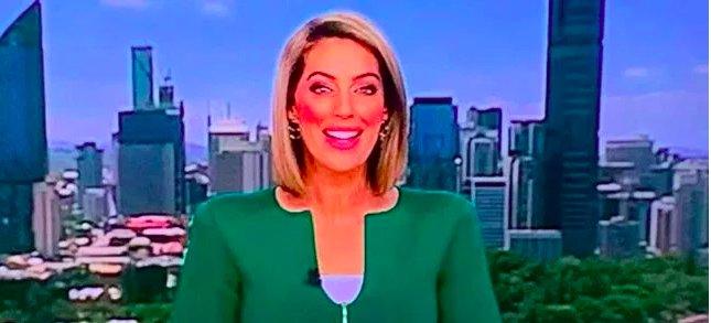 """img 5c37bed2a6214 e1547157285677.png?resize=1200,630 - Une journaliste ridiculisée pour avoir porté une """"veste phallique"""" en direct à la télévision"""