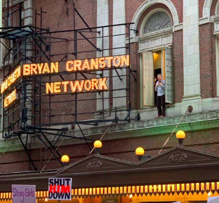 img 5c49a680882a4.png?resize=412,232 - Bryan Cranston a acclamé la marche des femmes depuis son balcon à New York.