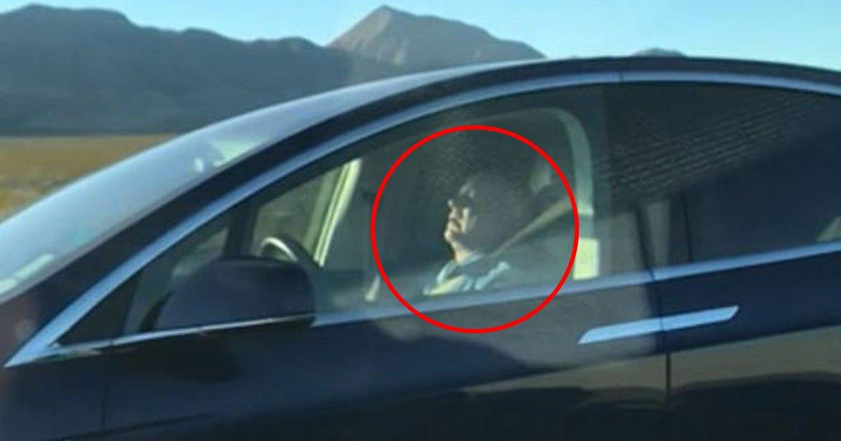 man sleeping tesla autopilot.jpg?resize=412,232 - Un homme a été repéré en train de dormir alors qu'il conduisait sa voiture Tesla sur le pilote automatique
