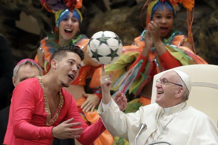 pope.jpeg?resize=412,232 - Avec cette photo, le Pape François est devenu le premier mème de l'année 2019